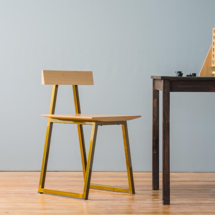 Stuhl aus Massivholz in Buche mit Stahlgestell in Waldhonig
