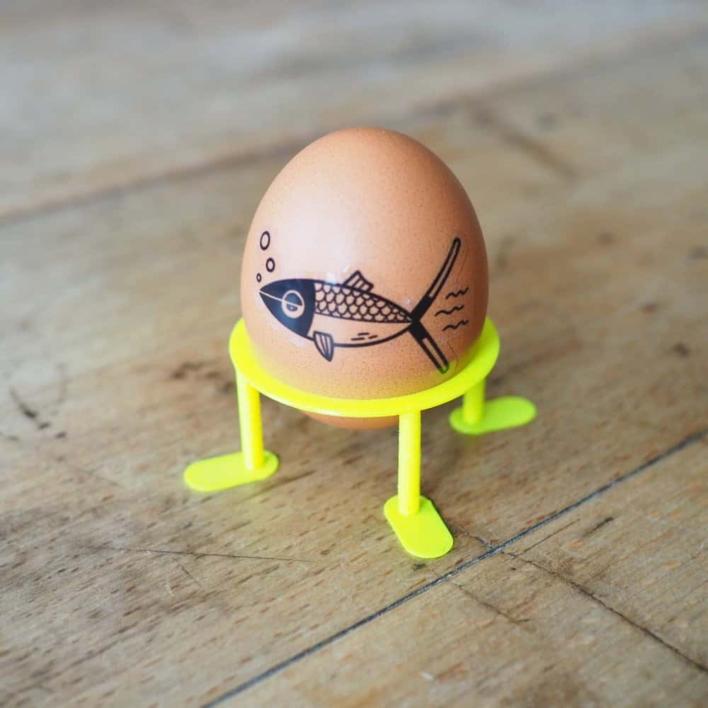 DIY Eierbecher mit Tattoo-Ei